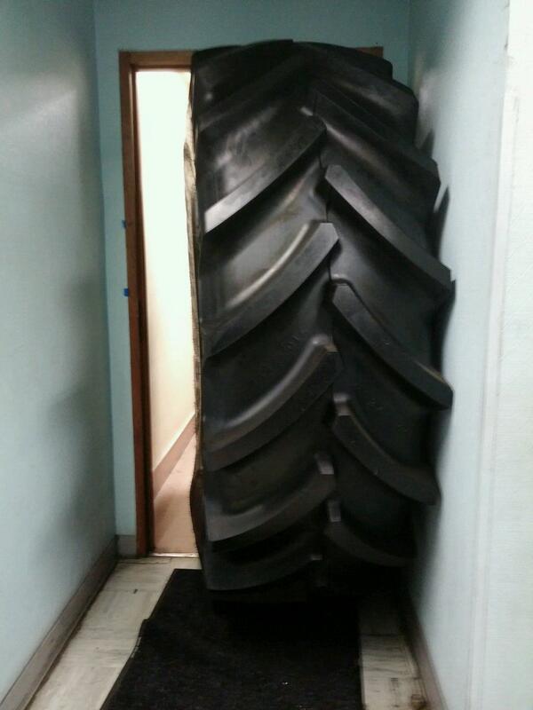 Directeur de Goodyear bloqué par un pneu dans une salle de réunion