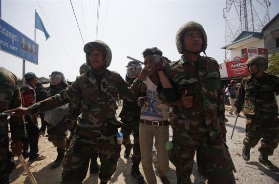 l'armée cambodgienne contre les grévistes du textile
