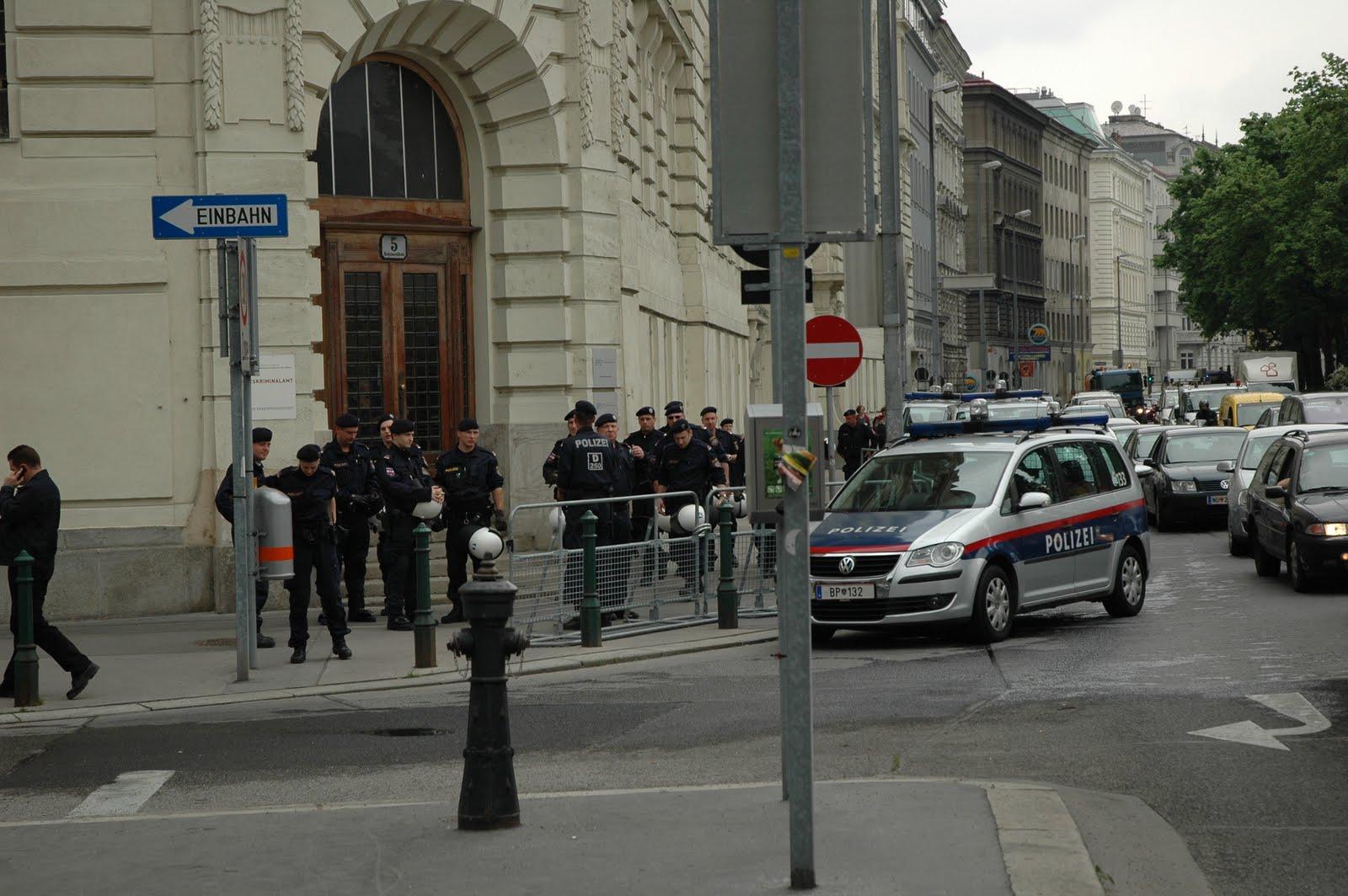 Le Polizeianhaltezentrum (PAS) de Vienne, protégé lors d'une manifestation de soutien aux sans-papiers