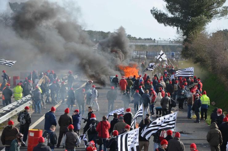 Manifestation au portique écotaxe de Brec'h