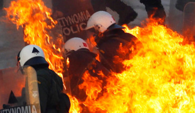 Incendie d'un poste de péage à Athènes