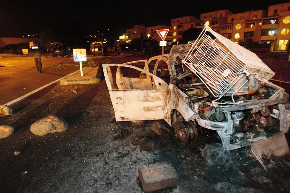 Voiture incendiée au Port, à la Réunion