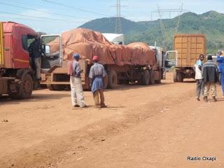 camions_charges_des_minerais_sur_route_kolwezi.jpg