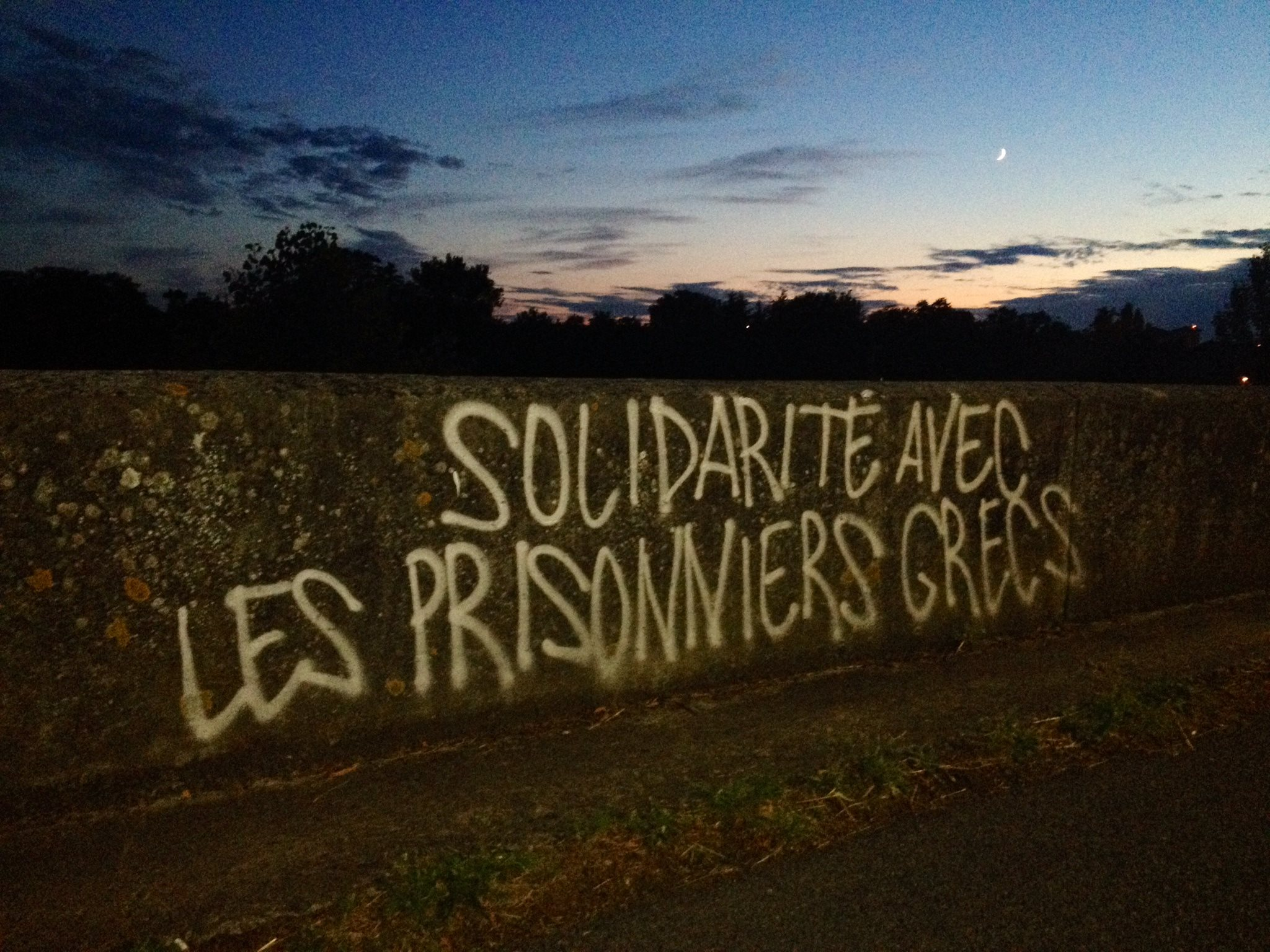 Tag solidaire des prisonniers grecs sur les bords de la Garonne.