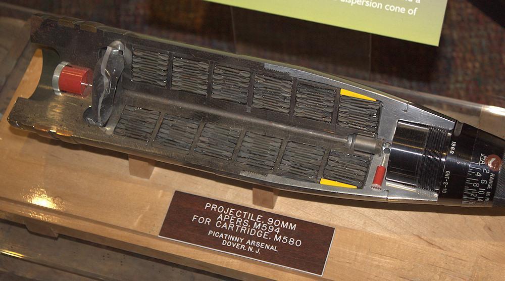 Un obus ouvert contenant 5'000 fléchettes