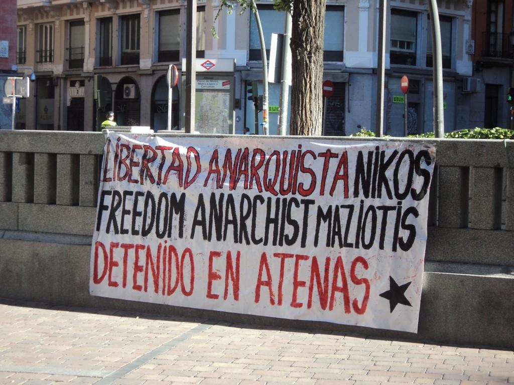Banderole de solidarité avec N. Maziotis à Madrid