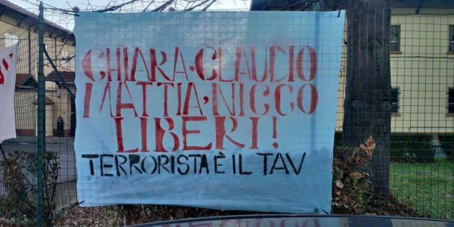 Banderole de solidarité avec les prisonniers No TAV