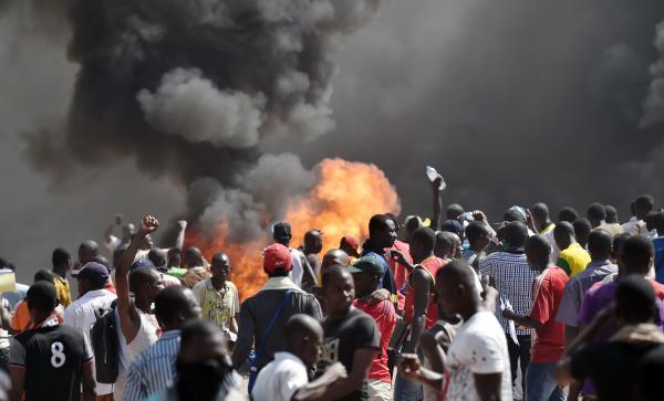 Les manifestants incendient le parlement à Ouagadougou