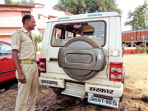 SUV caillassé par des villageois