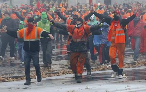 Les travailleurs affrontent la police à Bruxelles