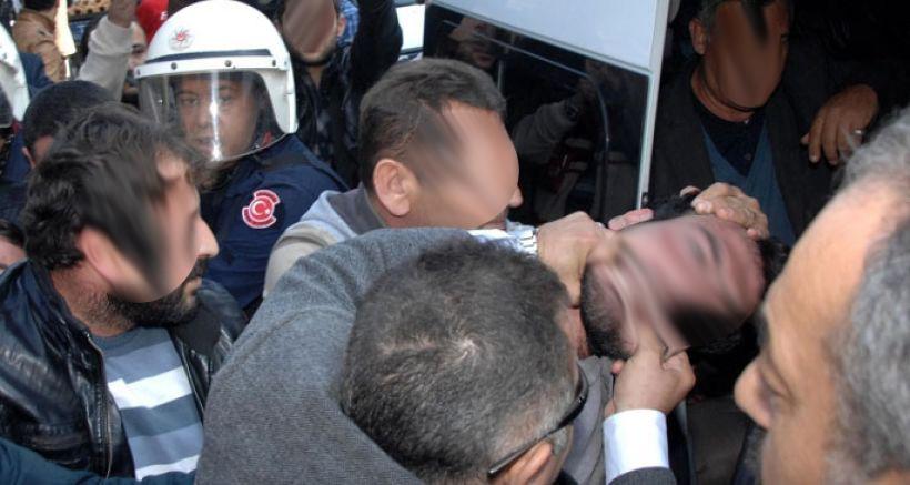 La police attaque un rassemblement à Ankara.
