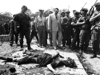 Le président Alfonsin devant le corps d'une guérillera du MTP