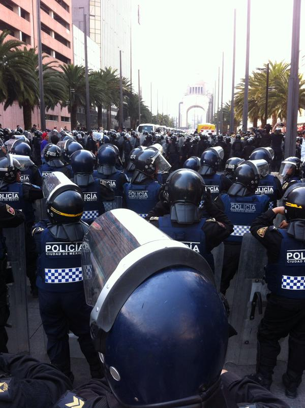 Les centaines de policiers venus chasser les manifestants des rues.
