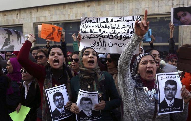 Les manifestants brandissent le portrait du ministre de l'Intérieur, barré par les mots