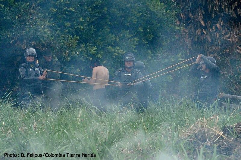 Le lance-pierre géants des policiers colombiens.