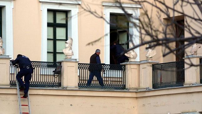 La police cherche l'entrée de l'Université.