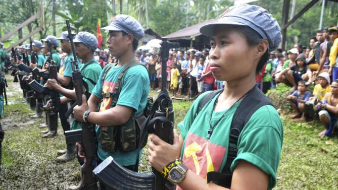 Combattants de la NPA à une célébration du 46e anniversaire du Parti communiste des Philippines, en décembre 2014.
