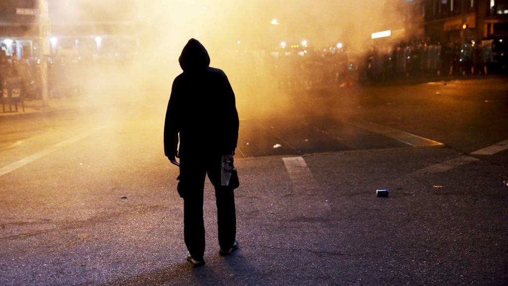 Un manifestant pendant le couvre-feu à Baltimore