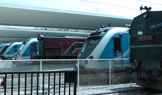 Trains à l'arrêt à la gare