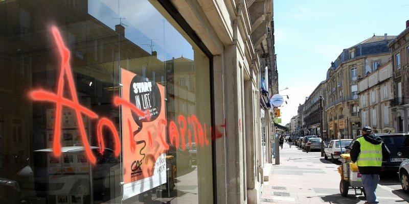 Une banque taguée boulevard de la République à Agen