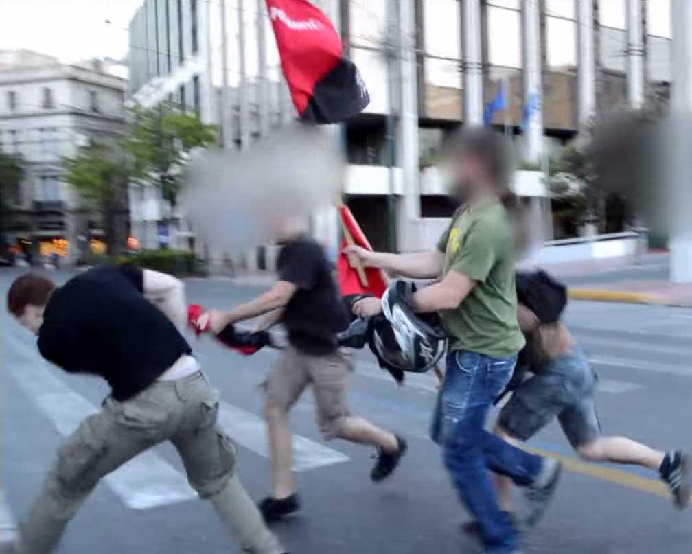 Aube Dorée attaque une manifestation à Athènes.