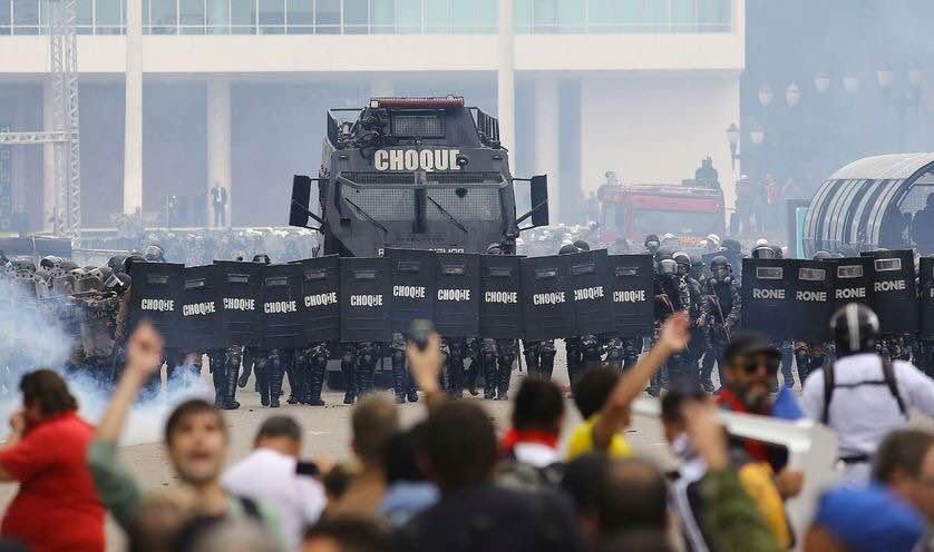 La police militaire attaque les enseignants au Brésil.