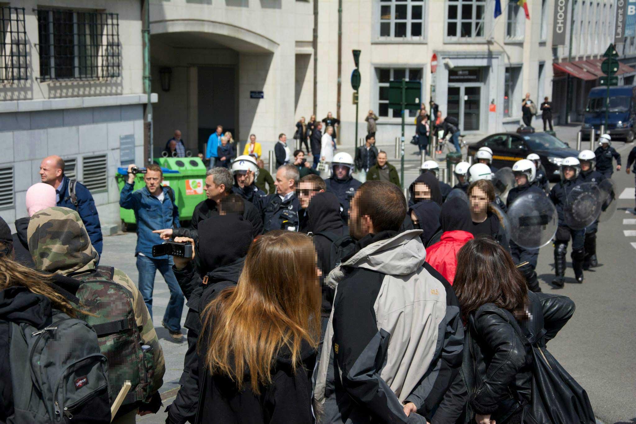 La police anti-émeute au secours des fascistes.
