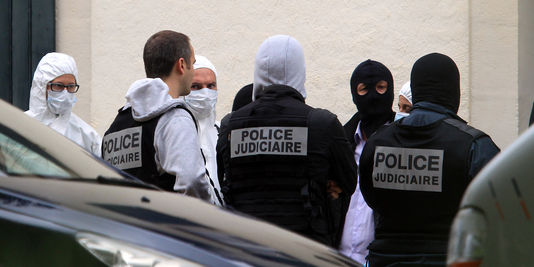 Policiers devant la villa perquisitionnée à Biarritz