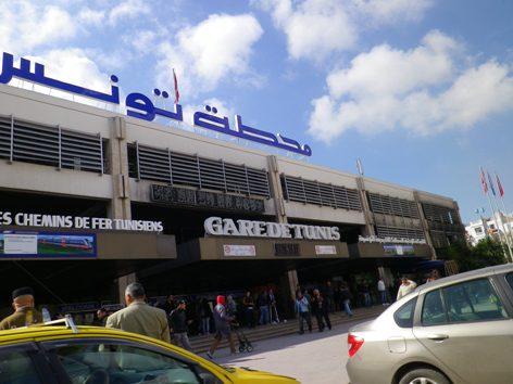 Les unités de sécurité relevant du ministère de l'intérieur sont intervenues ce samedi afin d'évacuer la gare de Place Barcelone à Tunis, des groupes de grévistes relevant de la SNCFT, avaient investi la cour de la place, au niveau de la Gare de Tunis.