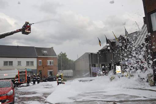Les pompiers devant la maison communale de Denderleeuw.