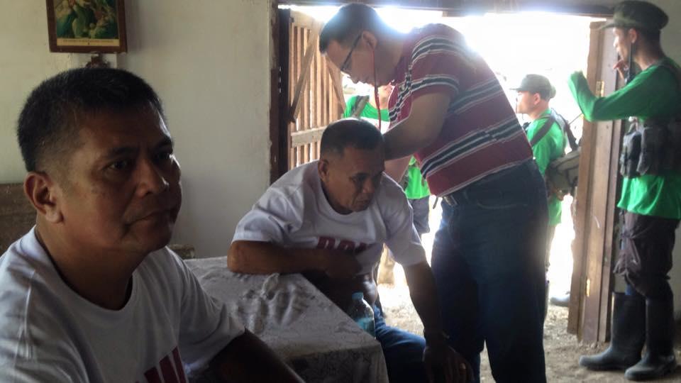 Les deux gardiens (en t-shirt POW!), un médecin et les guérilleros