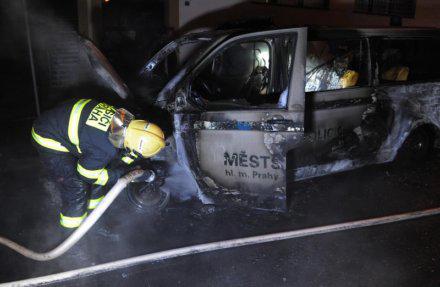 La voiture de police incendiée à Prague