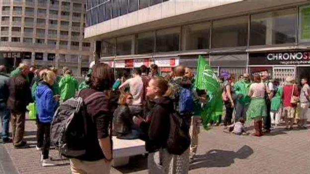 Des manifestants contre l'ouverture des magasins le dimanche.