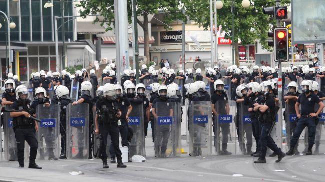 La police interdit l'accès à la Place Taksim.