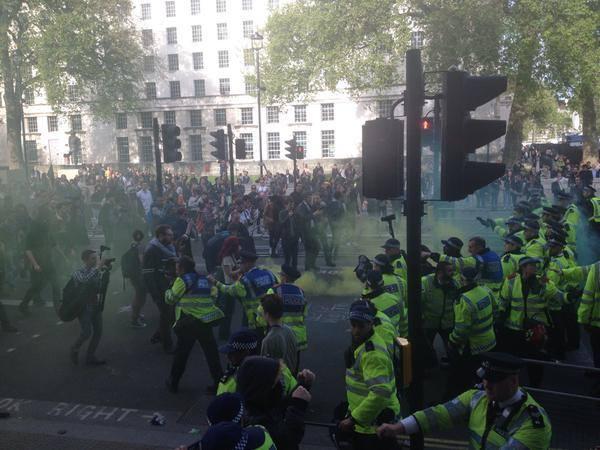 Affrontement devant le siège du parti conservateur britannique.