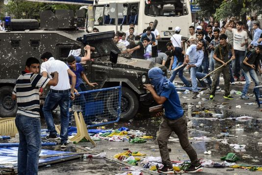 Emeutes à Diyarbakir suite à deux explosions visant le HDP.