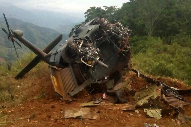 La carcasse de l'hélicoptère abattu