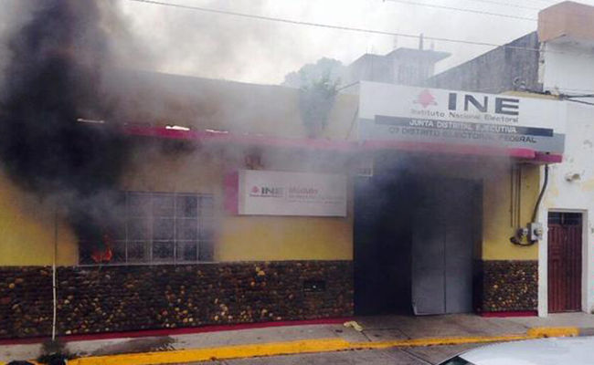 incendie d'un siège de l'INE à Tehuantepec (Oaxaca)