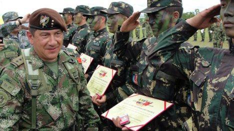 Le général Juan Pablo Rodriguez diplômant des spécialistes de la contre-guérilla