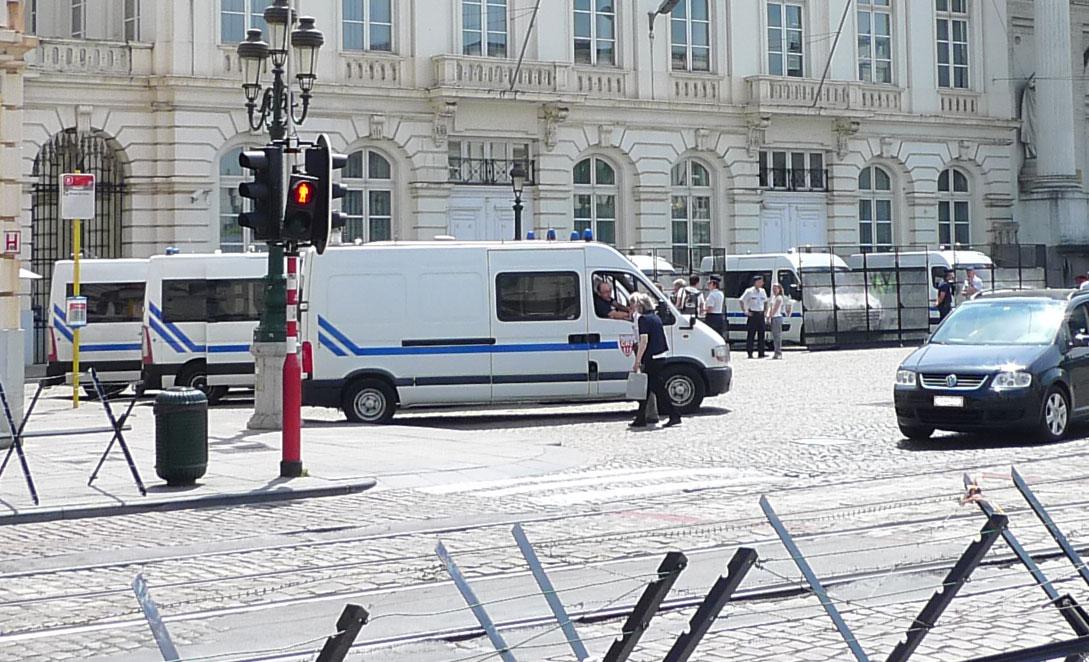 Des CRS français déployés sur la Place Royale.