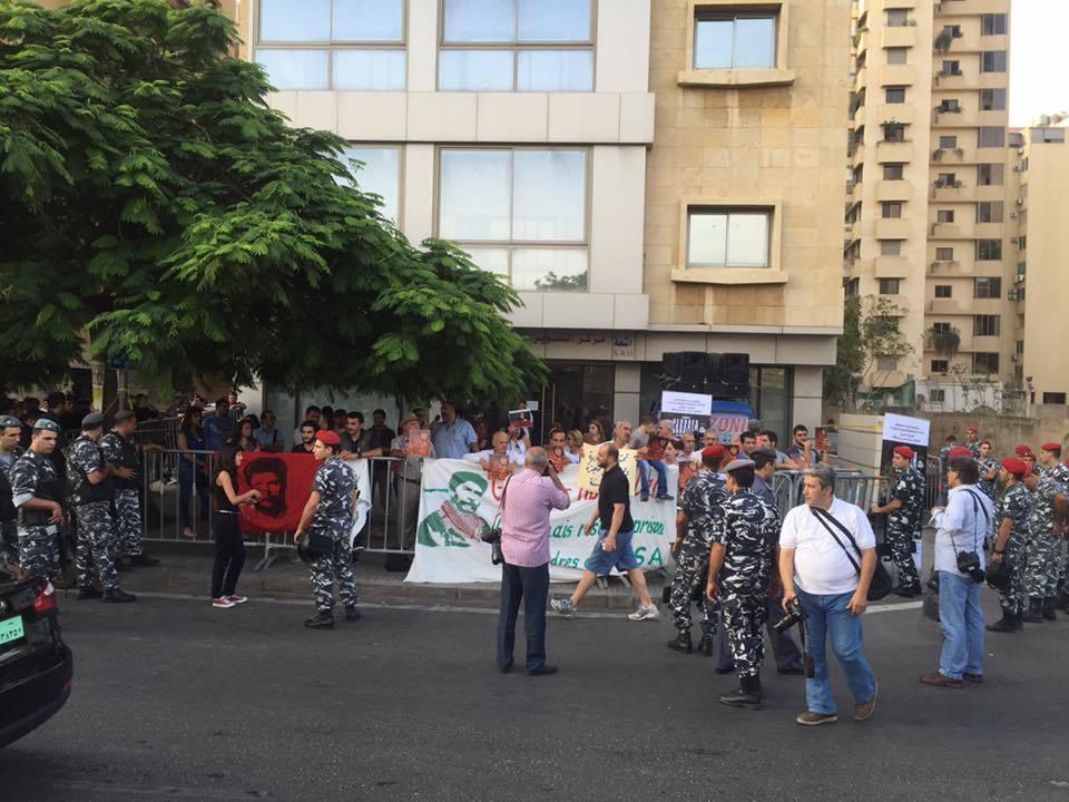 Rassemblement devant l'ambassade de France