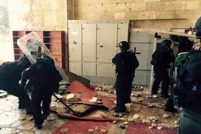 Des policiers israéliens ce dimanche matin dans la mosquée al-Aqsa