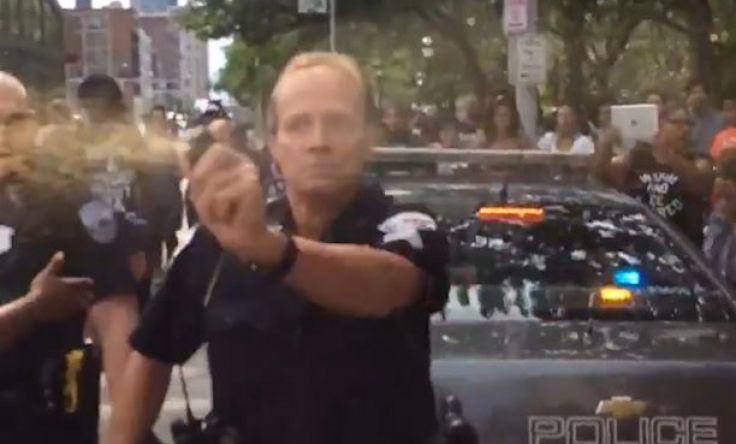 Un des policiers présents sur place a utilisé du gaz poivre pour tenter de disperser la foule