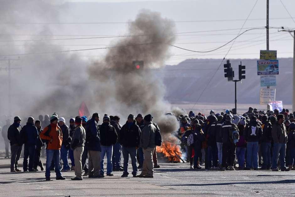 Les travailleurs du cuivre barrant une route dans l'Atacama