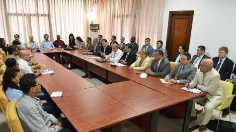 Les délégations des FARC (à gauche) et du gouvernement (à droite) à La Havane
