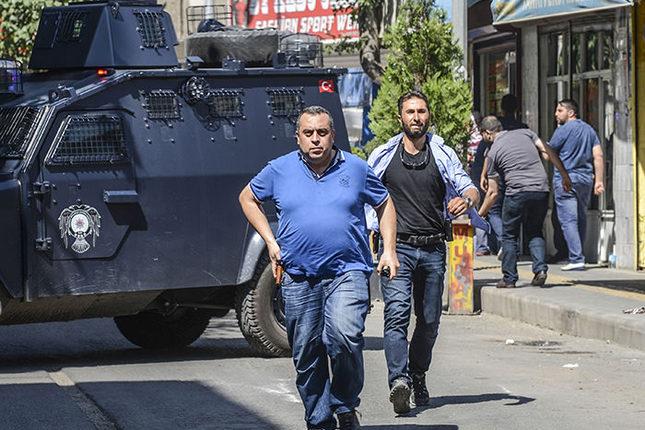 La police bouclant le lieu de l'embuscade à Diyarbakir.