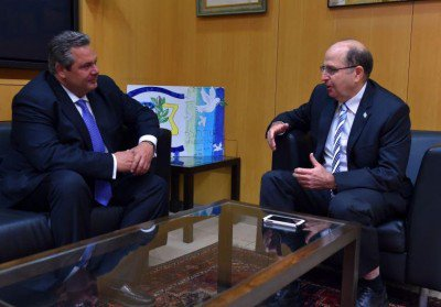 Les ministres de la défense grec et israélien.
