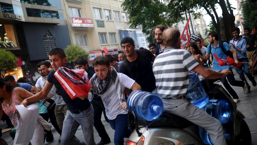 Reflux des manifestants après une charge de police ce samedi à Istanbul