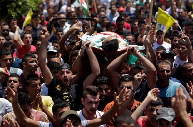 La dépouille de Mohamed Ahmed Alauna portée par la foule palestinienne