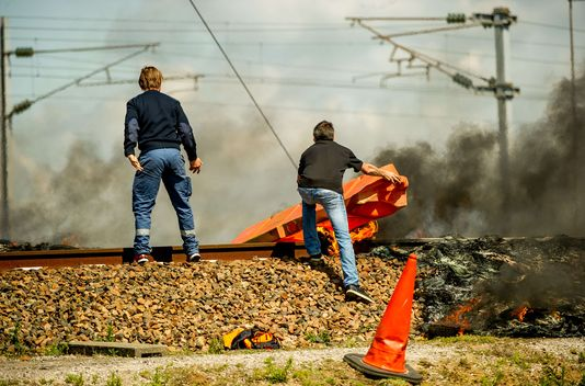 Les marins grévistes de MyFerryLink bloquant les voies de l'Eurostar